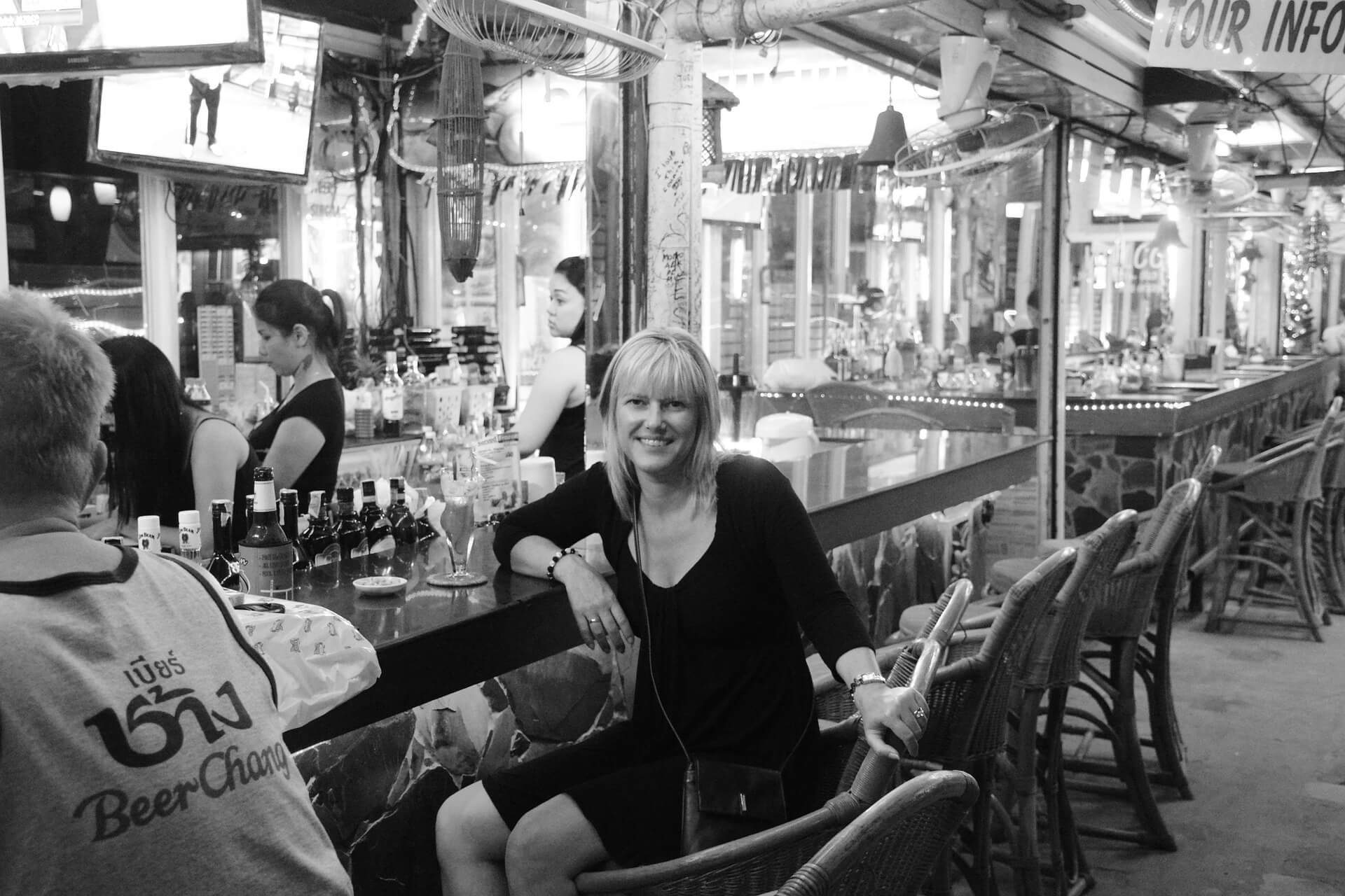 moça em um bar